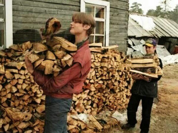 человек колет дрова картинки началась война